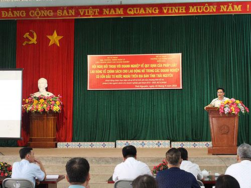 """Trường Cao đẳng Luật Thái Nguyên tổ chức """"Hội nghị đối thoại với doanh nghiệp về quy định của pháp luật lao động về chính sách cho lao động nữ trong các doanh nghiệp có vốn đầu tư nước ngoài trên địa bàn tỉnh Thái Nguyên""""."""